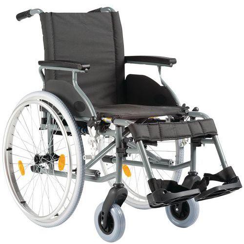 Cadeira de rodas com espaldar fixo preto e estrutura em alumínio